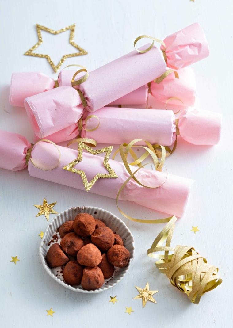 Dolcetti al cacao, cioccolatini alla cioccolata, nastro colore oro, pensierini di Natale