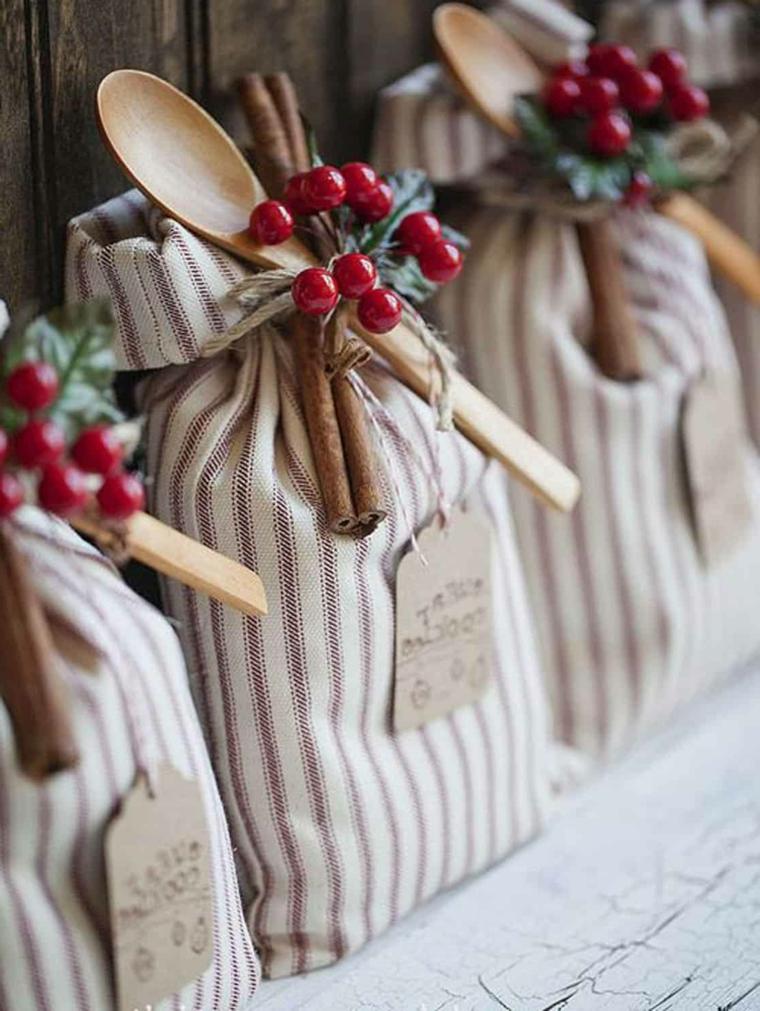 Sacchettini di stoffa decorati, bacche e bastoncini di cannella, idea regalo per la mamma