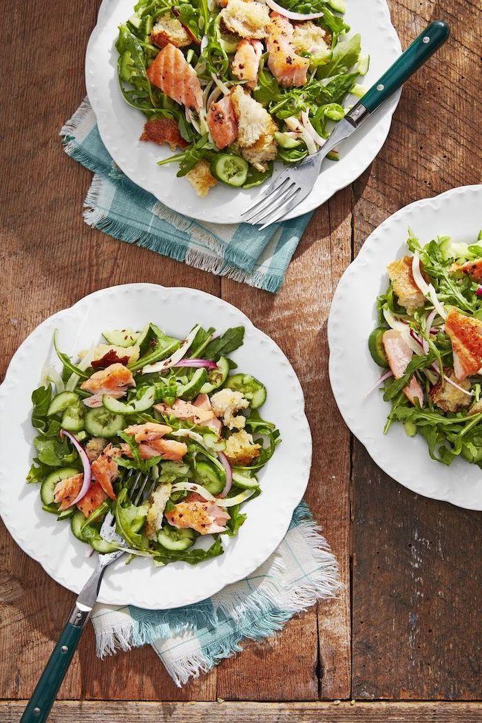 Bocconcini di salmone, piatto di verdure con salmone, tavolo di legno, ricette per cena di stasera