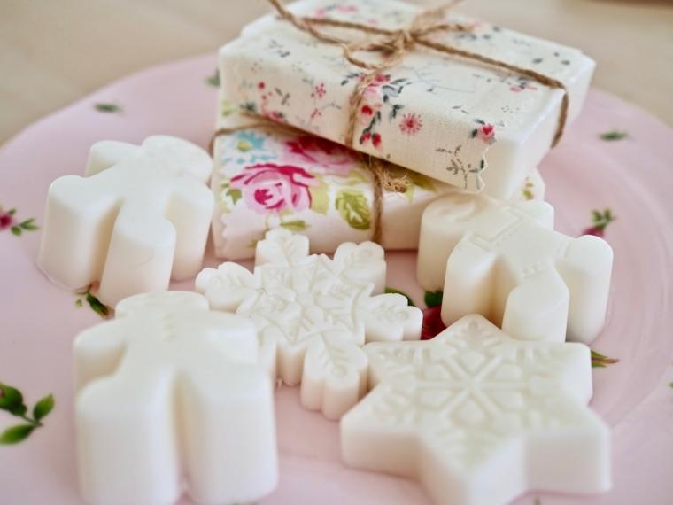 Cosa farsi regalare a Natale, sapone fai da te, sapone in diverse forme natalizie
