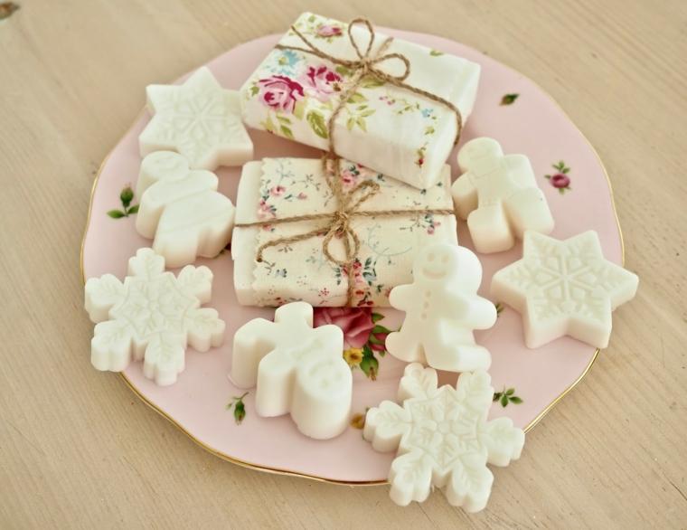 Cosa regalare alla mamma per Natale, saponette forma natalizia, piatto colorato di rosa
