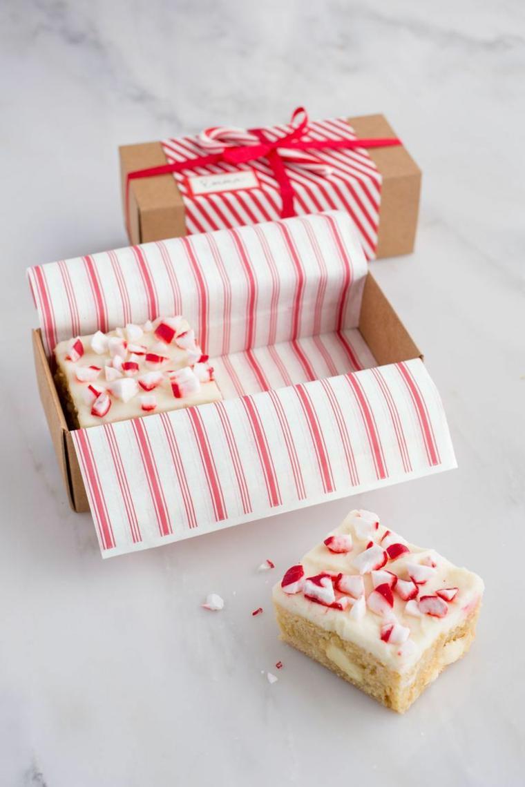 Idee regalo fidanzato, dolcetto natalizio, scatola con dolcetti, torta decorata con caramelle