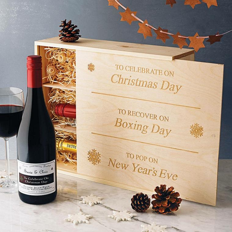 Idee regalo uomo 50 anni, scatola con bottiglie di vino, ghirlanda natalizia con stelle