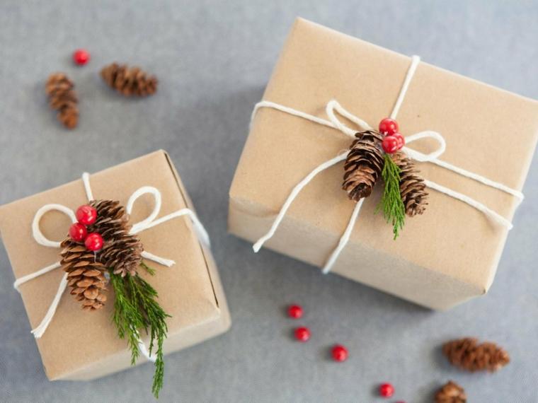 Scatola regalo decorata con pigne, bacche rosse, spago di colore bianco, regalo per donna