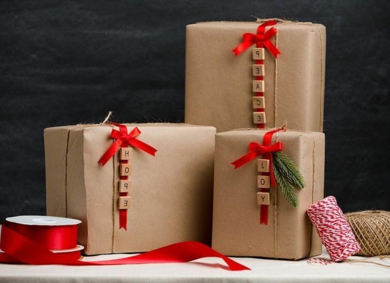 Scatola regalo incartata, scritta nome su legnetti, spago di lana bianco e rosso, regalo per donna