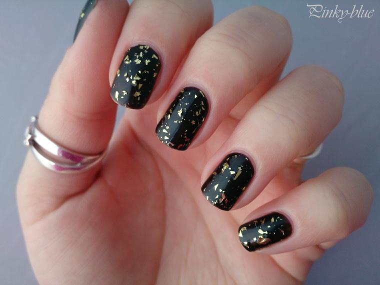 Unghie gel natalizie, smalto nero effetto rovinato, lustrini colore giallo, manicure forma arrotondata
