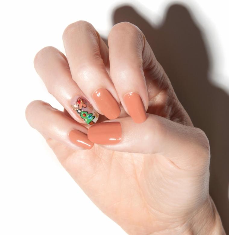 Unghie gel semplici, smalto di colore pesca, adesivo albero di Natale, unghie forma arrotondata