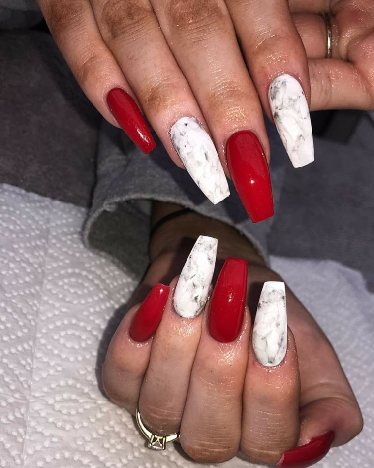 Unghie rosse eleganti, smalto di colore rosso, smalto colore bianco effetto marmo