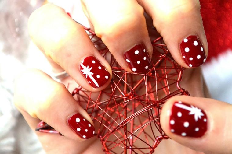 Unghie natalizie semplici, smalto rosso a pois, unghie con disegni, stella di Natale in metallo
