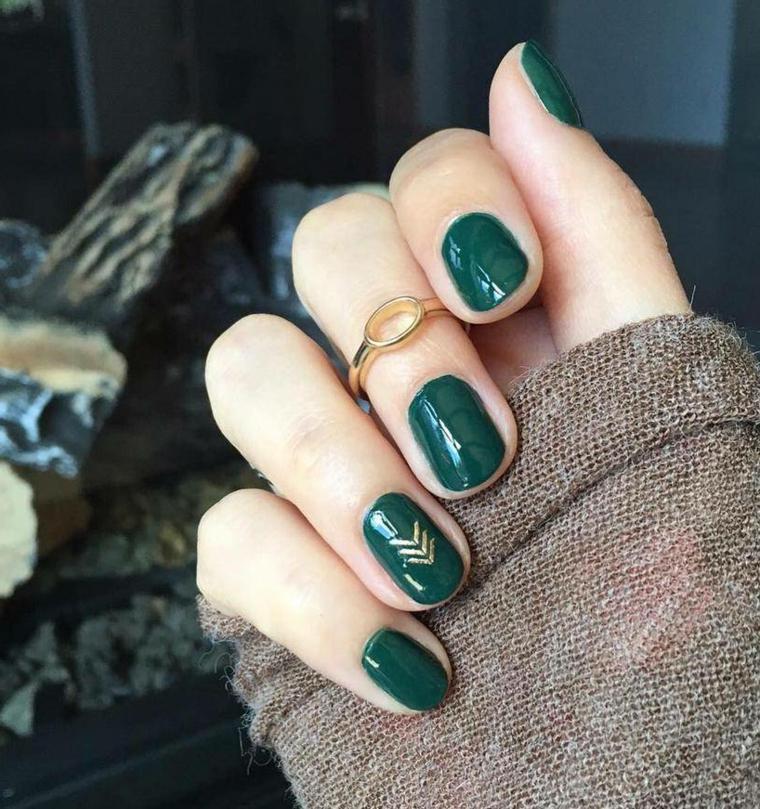 Unghie colore verde, disegni con frecce, anello in oro, decorazioni unghie natalizie