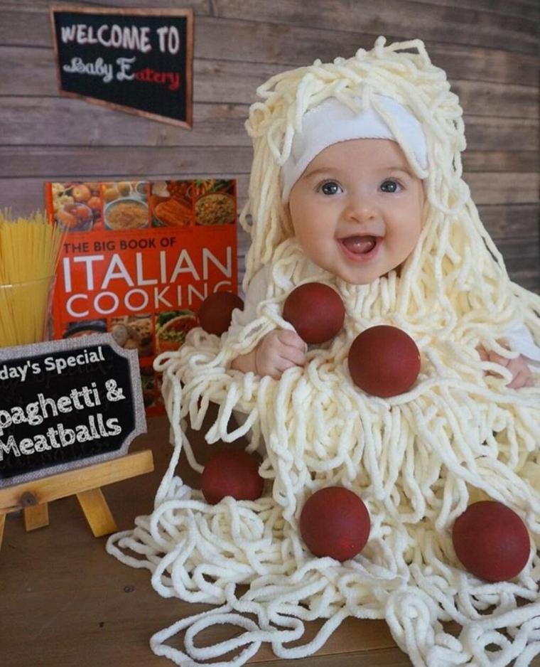Travestimento piatto di spaghetti, bimbo con costume spaghetti, palline rosse, vestiti carnevale neonato