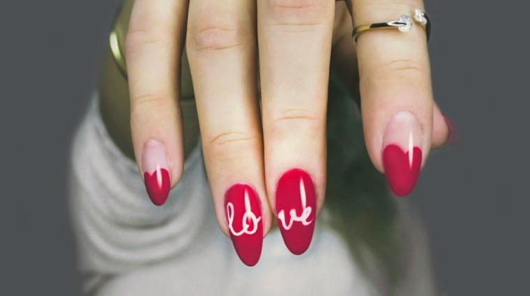 Unghie stiletto, scritta Love in inglese, disegno cuore, decorazioni unghie natalizie