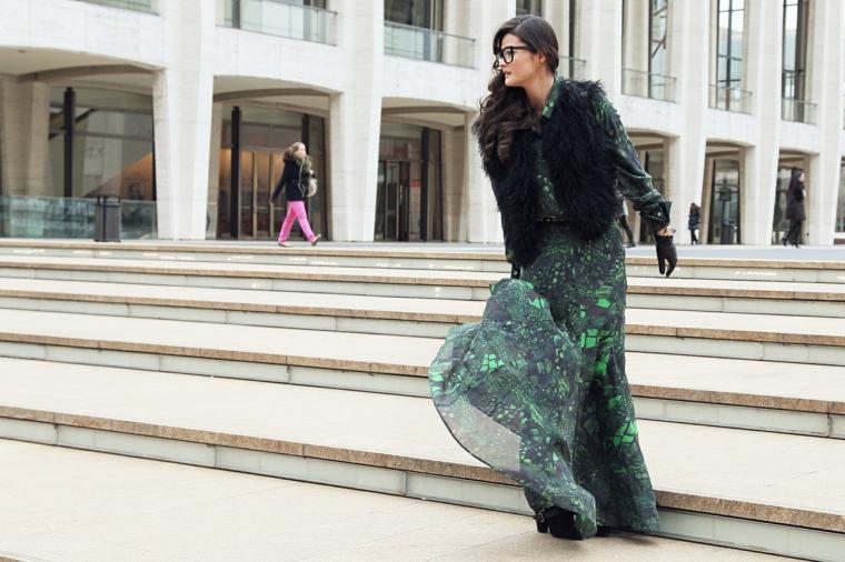 Abiti da cerimonia low cost, vestito lungo e largo, donna che scende le scale, capelli neri ricci