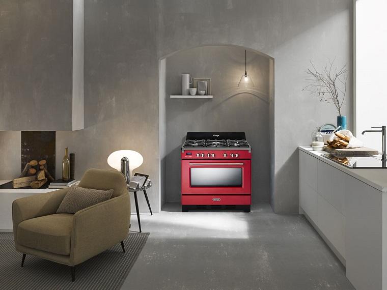 Parete cucina di colore grigio, soggiorno con camino, stufa di colore rosso