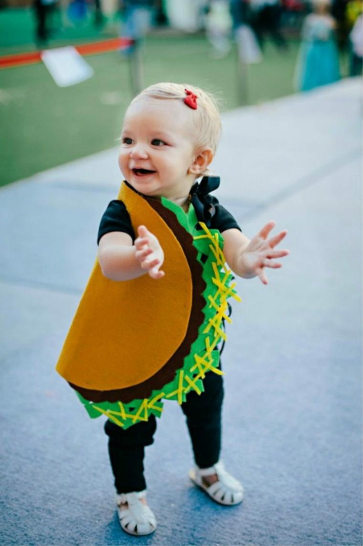 Costumi carnevale fai da te, bimbo travestito da tacos, bambina che batte le mani