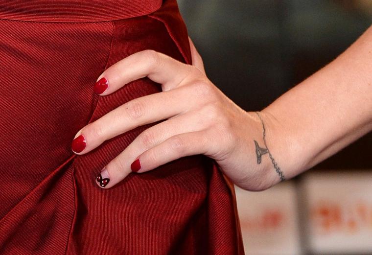 Unghie gel semplici, smalto rosso lucido, unghie corte a mandorla, accent nails disegno fiocco