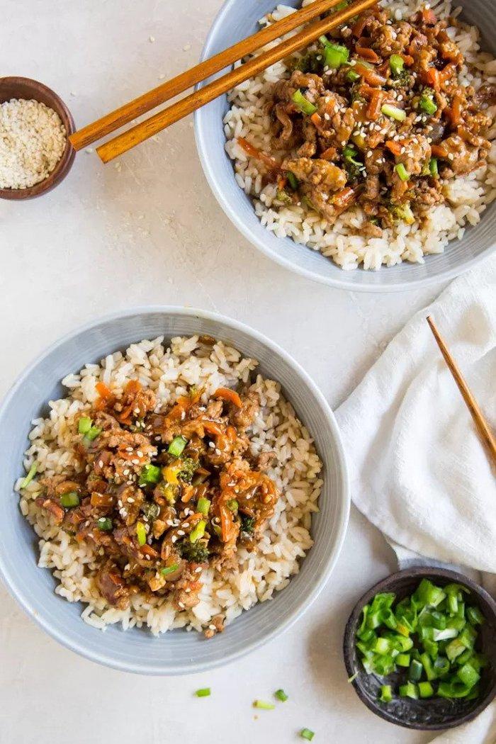 Tachino in salsa teriyaki, ciotola con riso in bianco, cena sfiziosa e veloce per amici
