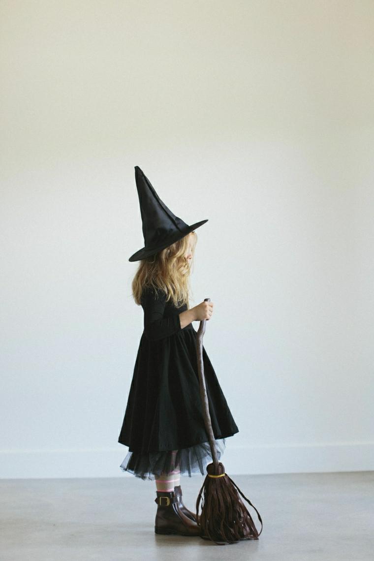 Vestiti carnevale per bambini, bimba travestita da strega, capellino nero forma a cono