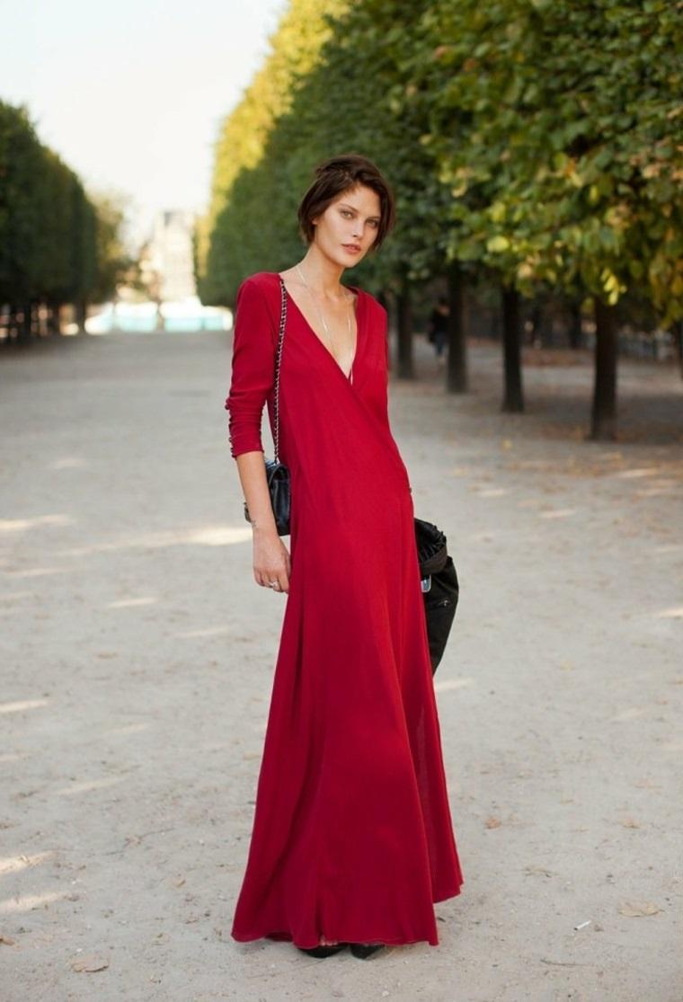 Vestito lungo di colore rosso, abito con scollatura profonda, donna con capelli raccolti
