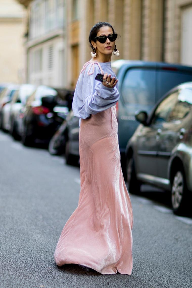 Vestiti lunghi con spacco, abito con gonna rosa, ragazza con trecce laterali, donna che cammina