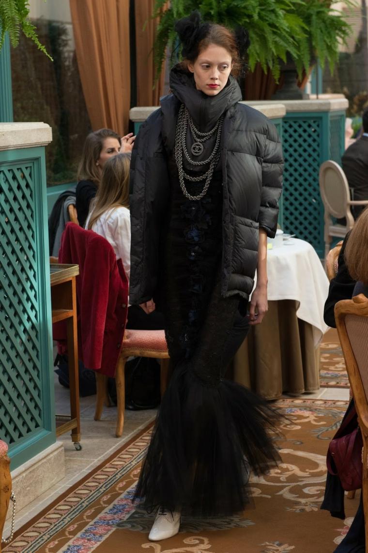 Vestiti lunghi eleganti economici, abito nero Chanel, collana pendente a strati