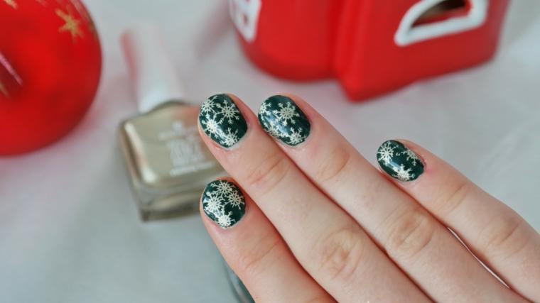 Disegni motivi natalizi, smalto di colore verde, unghie corte forma arrotondata