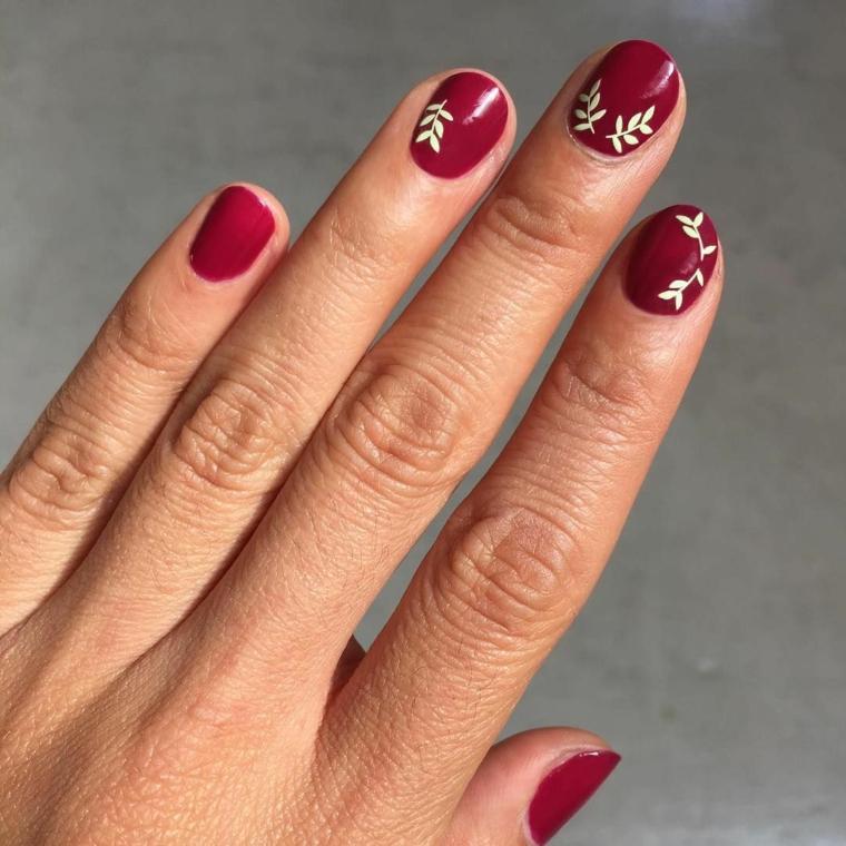 Nails natalizie, unghie forma a mandorla, disegno rametti smalto bianco, mano di una donna