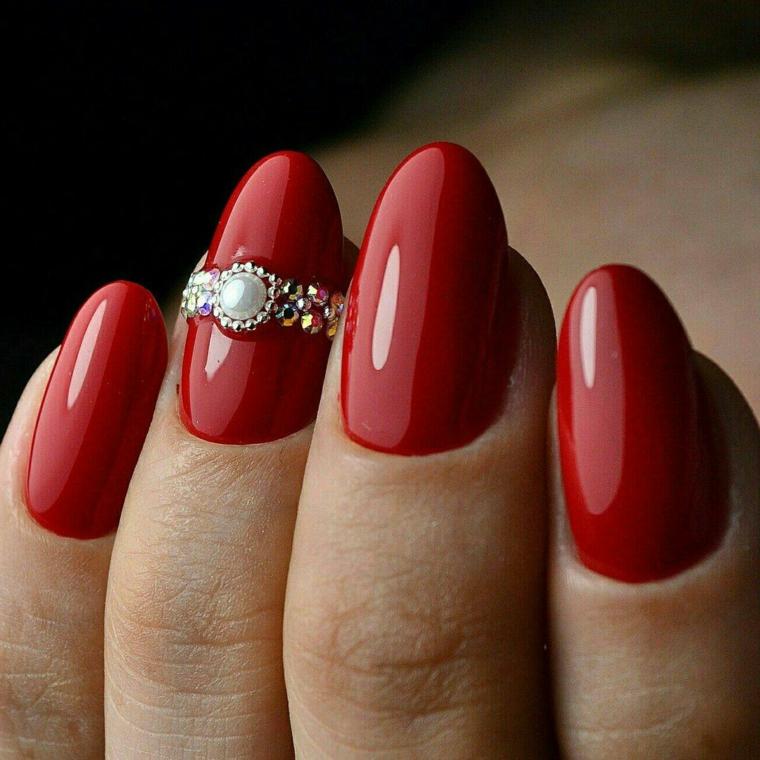 Unghie con smalto rosso, decorazioni unghie con brillantini, unghie forma a mandorla