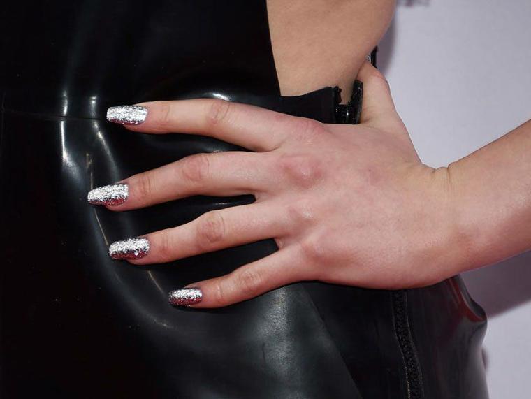 Ricostruzione unghie natalizie, smalto argento glitter, unghie forma quadrata, abito donna in pelle