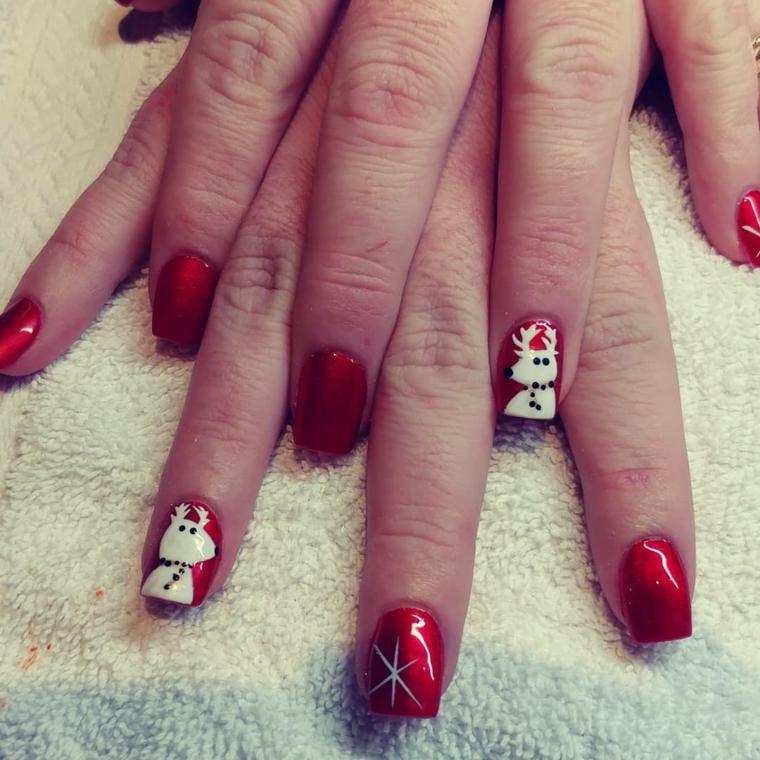 Disegni natalizi su unghie, smalto di colore rosso, disegno renna sullo smalto in gel