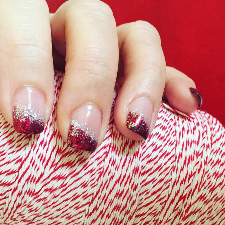 Decorazioni unghie natalizie, manicure forma quadrata, smalto rosso e silver glitter