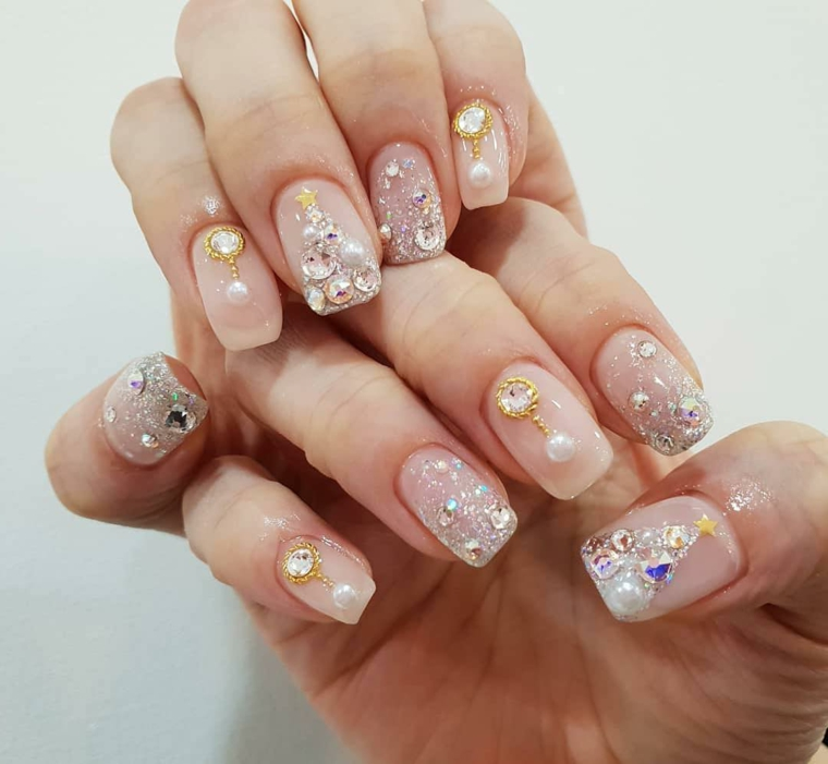 Nails natalizie, smalto base rosa cipria, decorazione unghie con brillantini, nails con perle