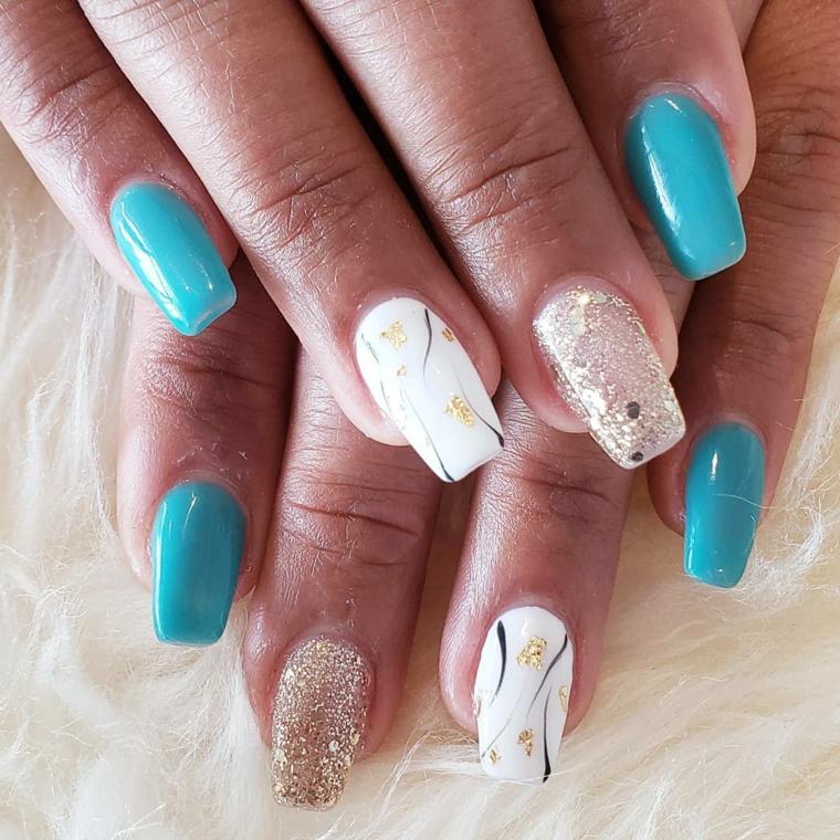Smalto colore bianco con decorazioni, unghie forma quadrata, smalto oro glitter