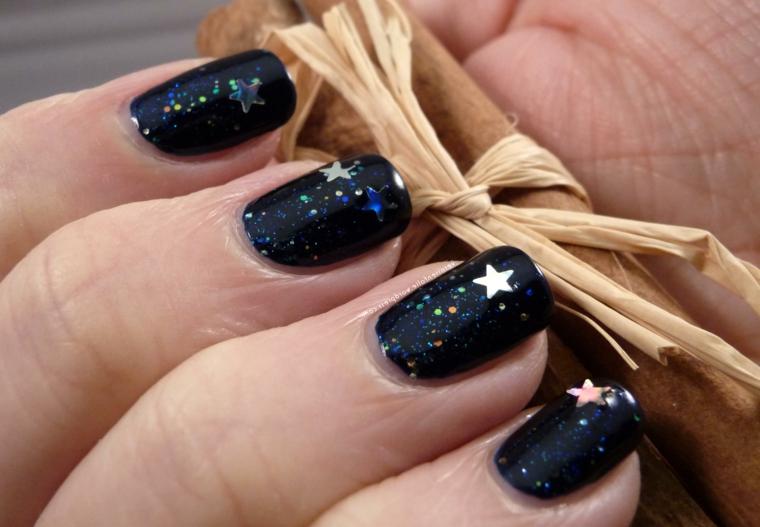 Decorazioni unghie natalizie, smalto per unghie blu, decorazioni con stelle, bastoncino di cannella
