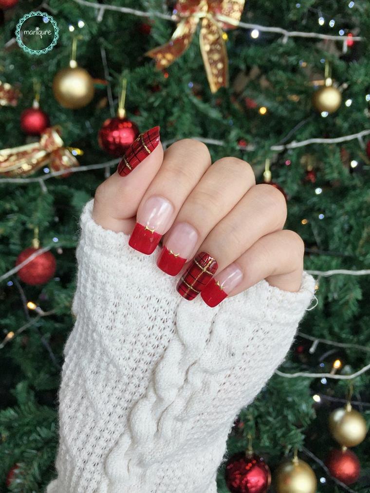 Unghie natalizie rosso e oro, unghie forma quadrata, disegno a quadretti, albero di Natale addobbato