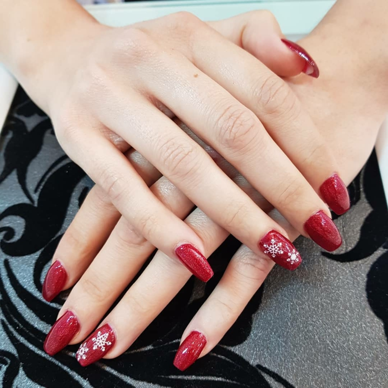 Manicure forma quadrata, smalto di colore rosso, unghie rosso glitter, disegno su smalto in gel