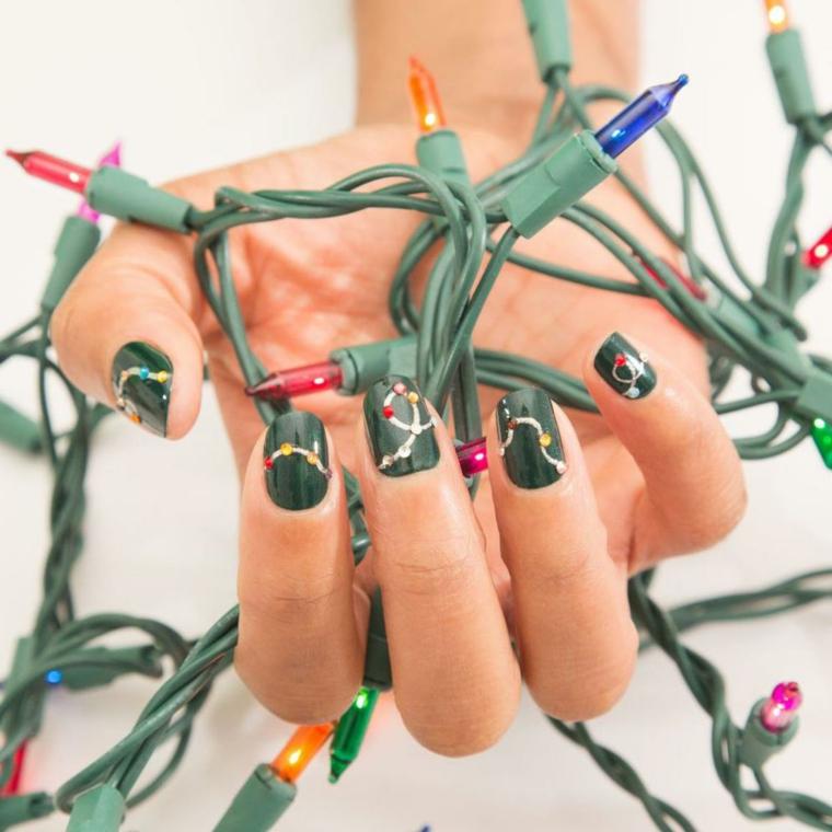 Unghie con disegni, manciure natalizia, disegno ghirlanda con lucine, filo con lucine
