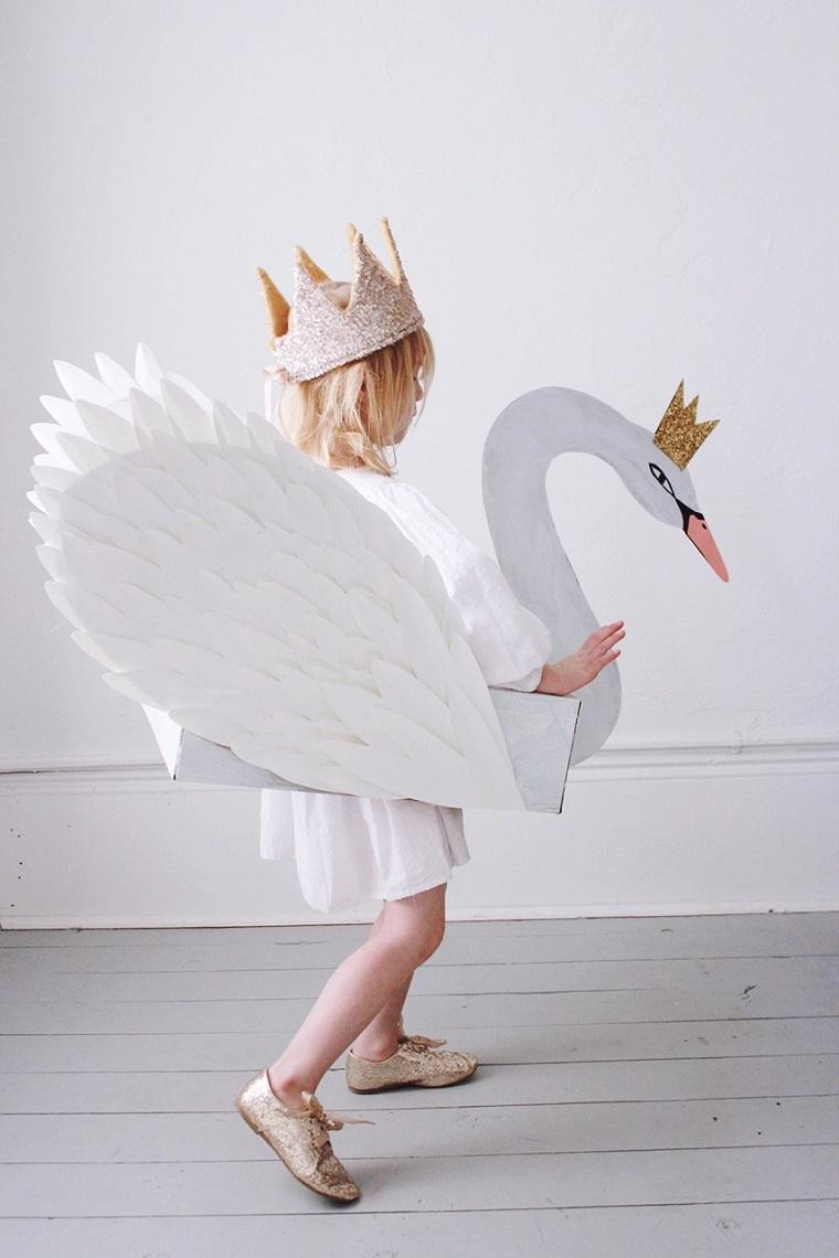 Vestiti carnevale per bambini, cigno di cartone, bimba travestita da cigno, ragazzina con corona