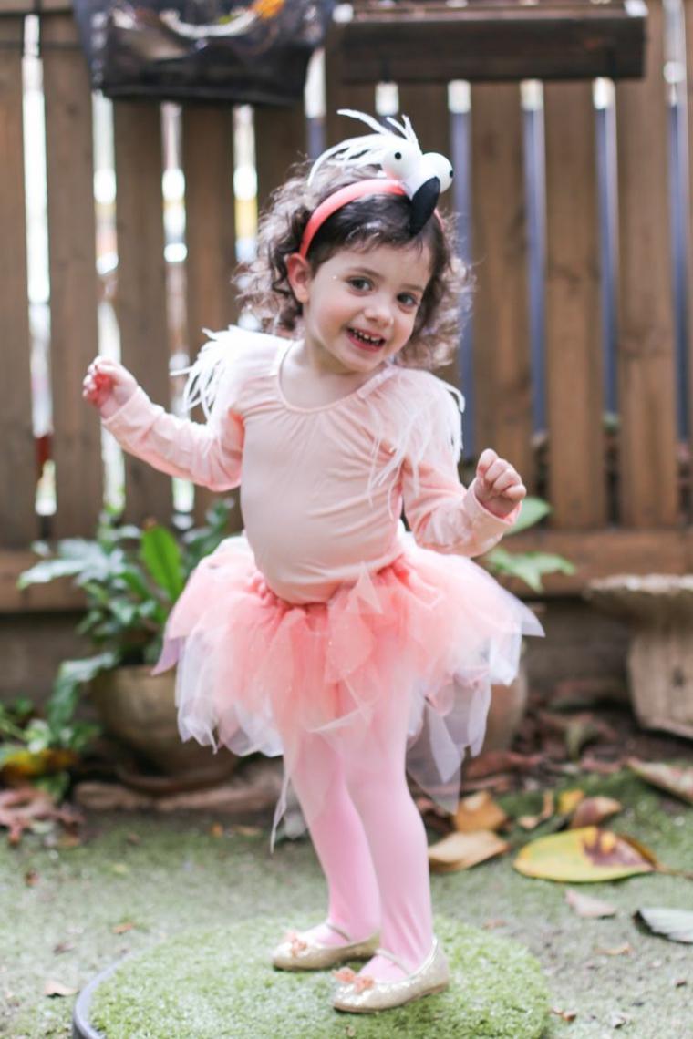 Bambina travestita da flamingo, body rosa con tut, cerchietto con flamingo, vestiti carnevale bimba 2 anni