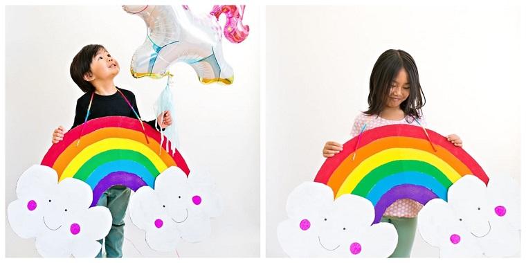 Costumi carnevale fai da te, costume arcobaleno, nuvole di cartone ritagliate, palloncino unicorno