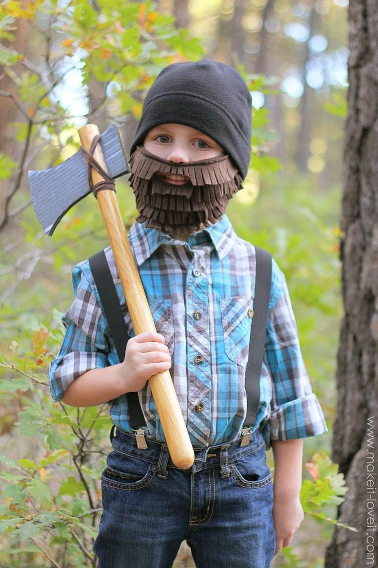 Bimbo travestito da taglialaberi, barba di cartoncino marrone, ascia finta per gioco, costumi carnevale fai da te