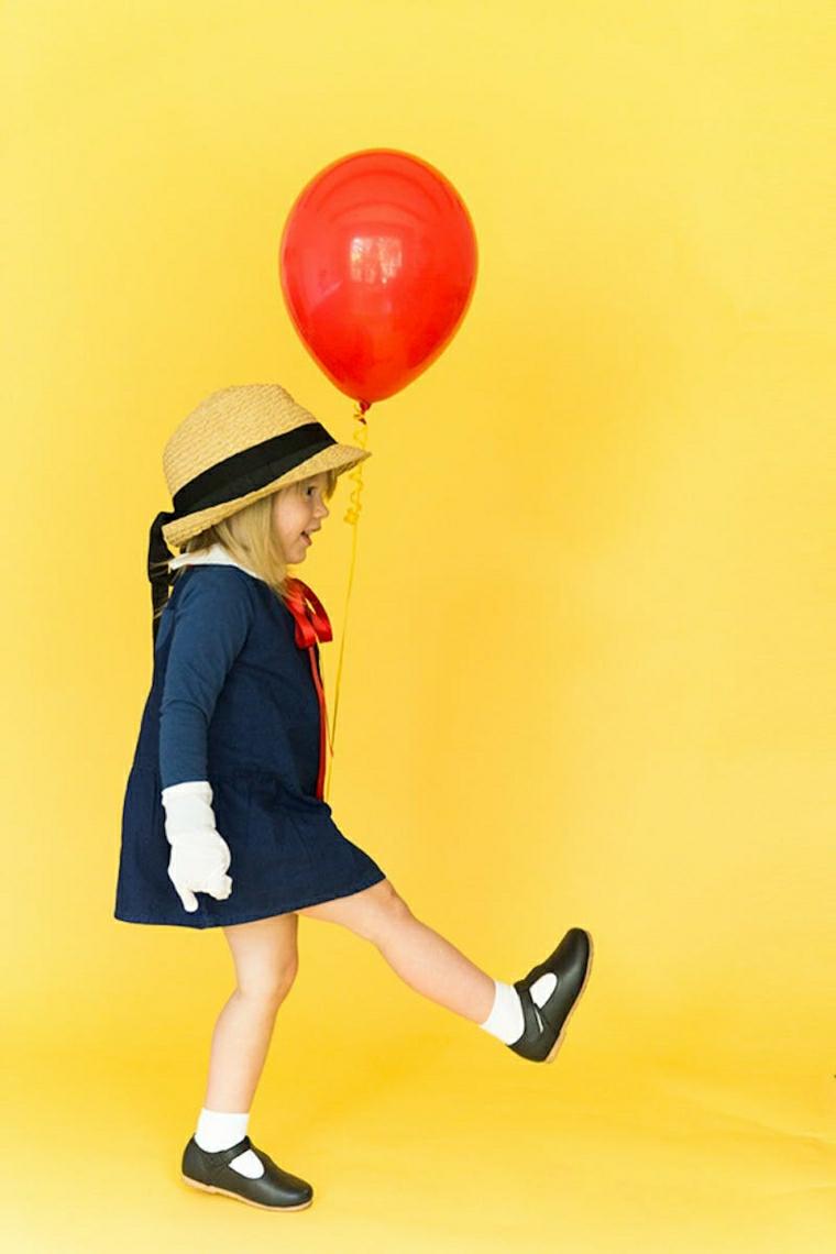 Bambina con palloncino, bimba con piede alzato, capellino e abito blu, vestiti carnevale bambina