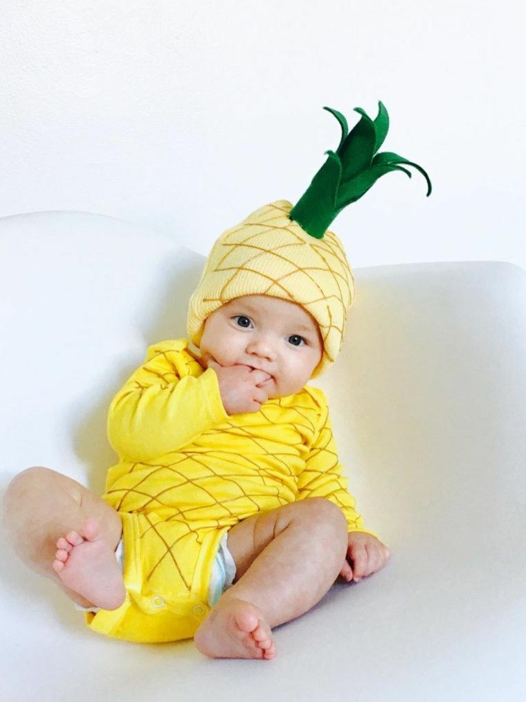 Costumi carnevale fai da te, bimbo con body di ananas, capellino con foglie di feltro