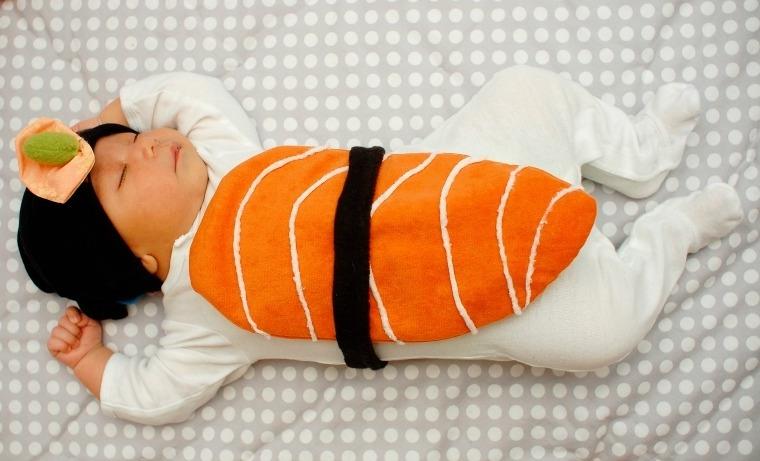 Body bimbo con sushi, vestiti carnevale bambini fai da te, bimbo che dorme
