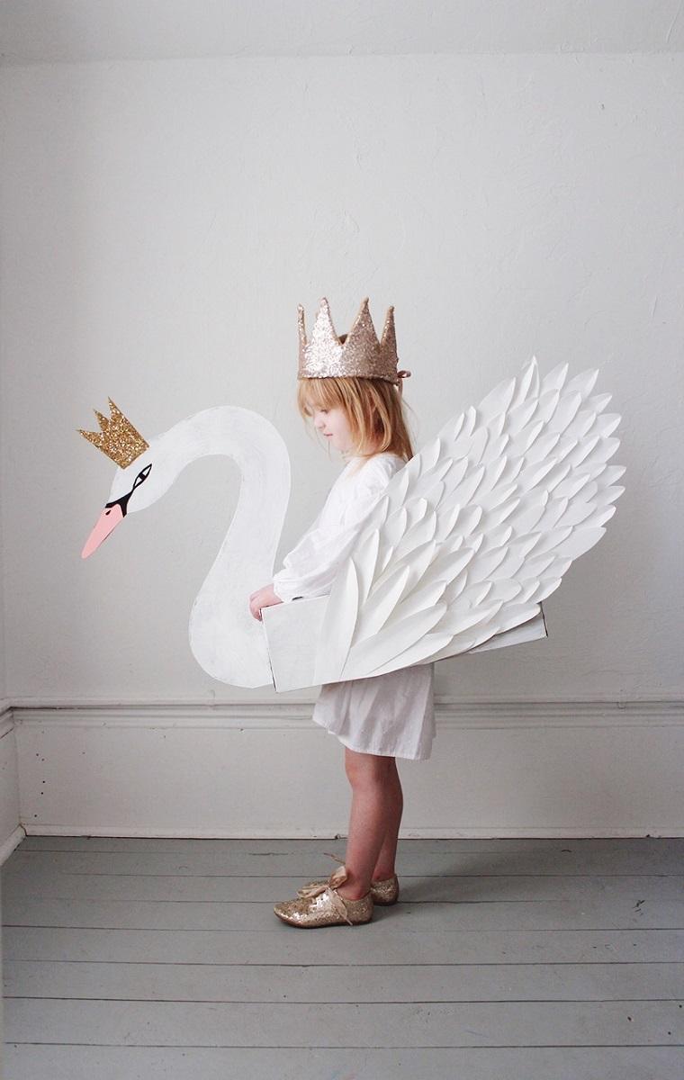 Costumi carnevale fai da te, bimba travestita da cigno, costume cigno di cartone, bimba con corona