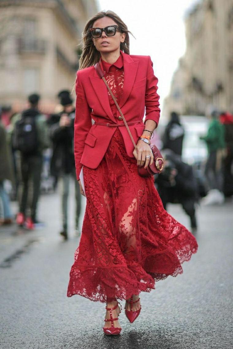 Abiti lunghi per signora, vestito rosso in pizzo, giacca rossa con cintura, donna che cammina