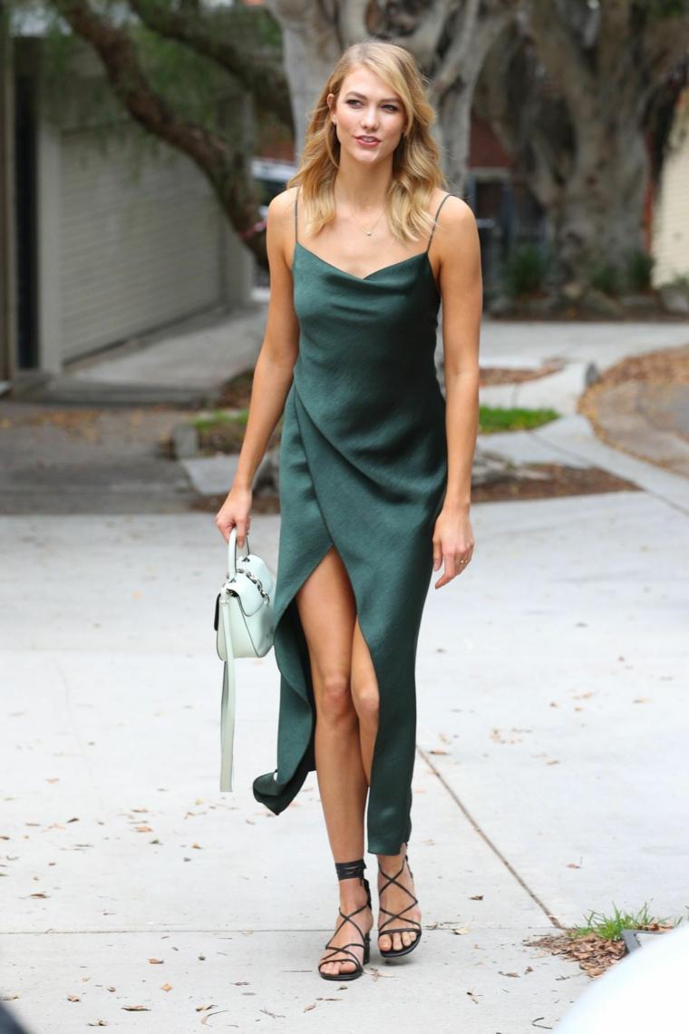 Abito verde in seta, tubini particolari, ragazza che cammina, capelli scalati biondi, borsetta bianca in pelle