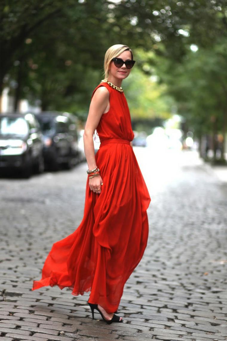 Abiti da cerimonia low cost, vestito di colore rosso, donna che cammina, capelli biondi raccolti