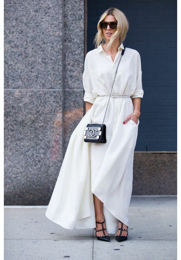 Borsa tracolla Chanel, abito bianco tipo camicia, donna con capelli biondi, abiti da cerimonia lunghi economici