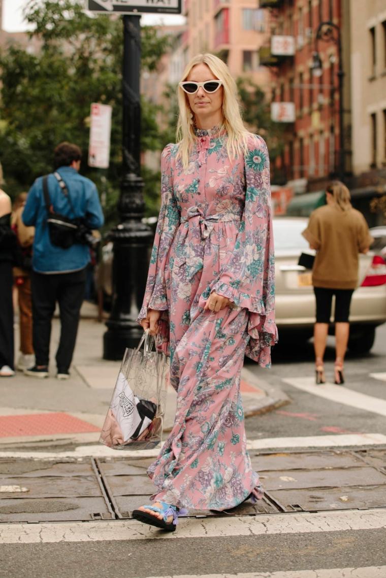 Donna che cammina, abito motivi floreali, maxi dress con floral print, capelli biondi mossi